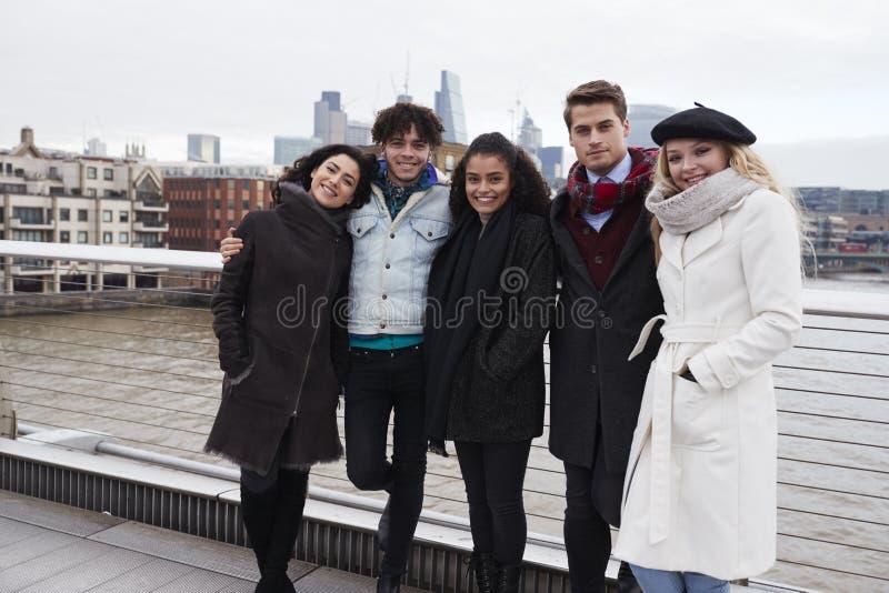 Portrait de jeunes amis visitant Londres en hiver photographie stock