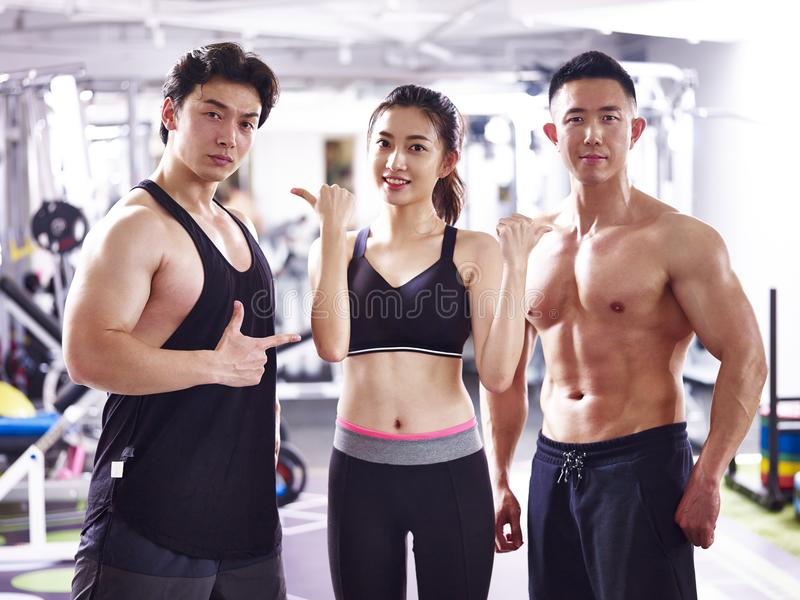 Portrait de jeunes bodybuilders asiatiques images libres de droits