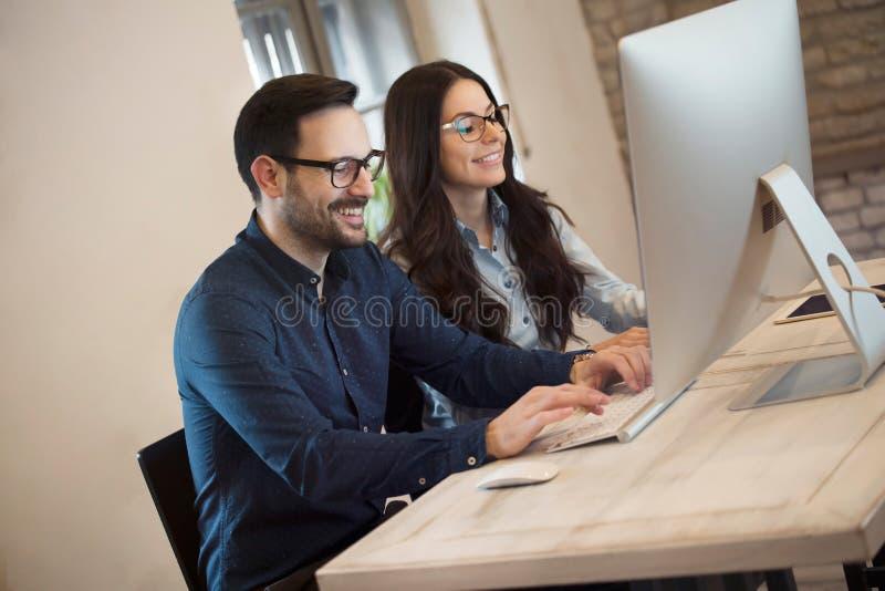 Portrait de jeunes concepteurs travaillant sur l'ordinateur images stock
