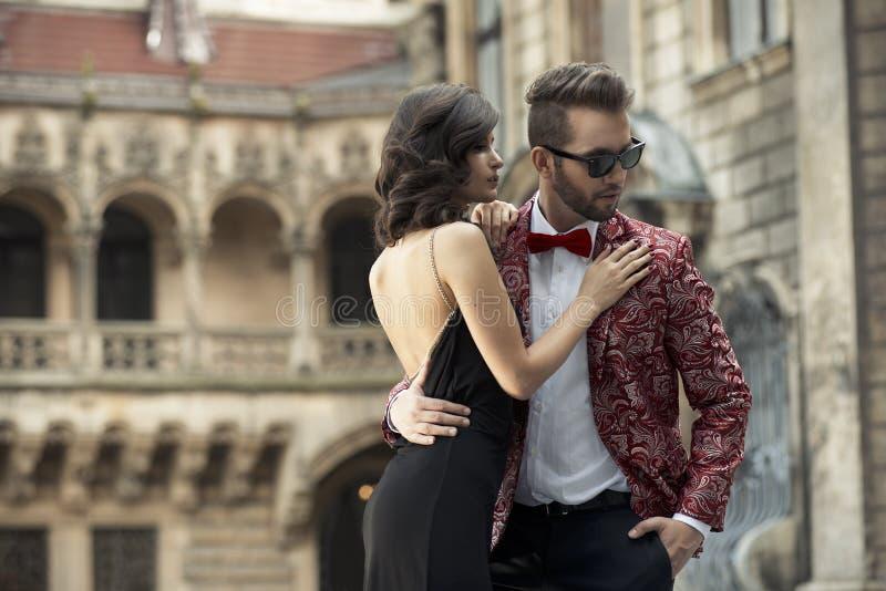 Portrait de jeunes couples élégants dans l'amour images stock
