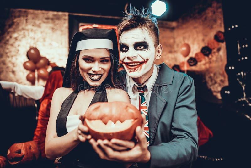 Portrait de jeunes couples dans des costumes de Halloween photographie stock libre de droits