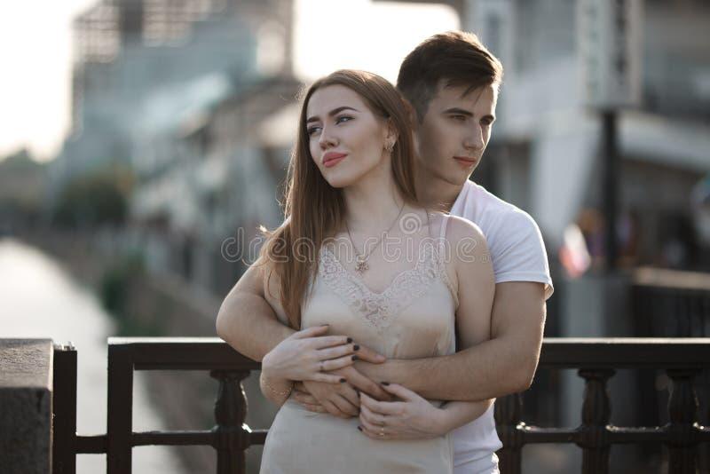 Portrait de jeunes couples dans l'amour, appréciant le coucher du soleil dans la ville images stock