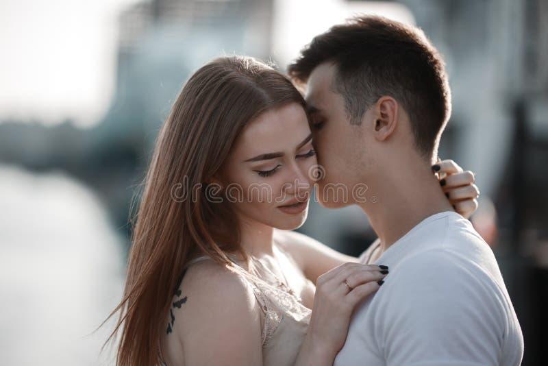 Portrait de jeunes couples dans l'amour, appréciant le coucher du soleil dans la ville photos libres de droits