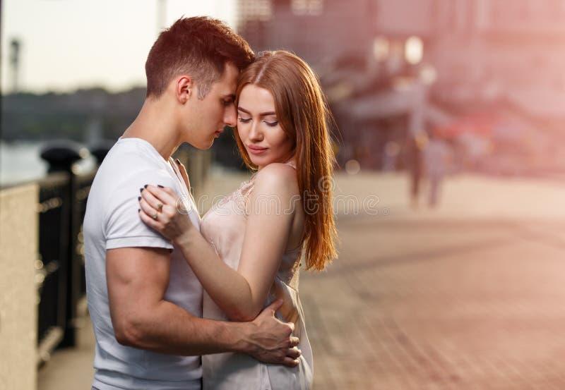 Portrait de jeunes couples dans l'amour, appréciant le coucher du soleil dans la ville images libres de droits