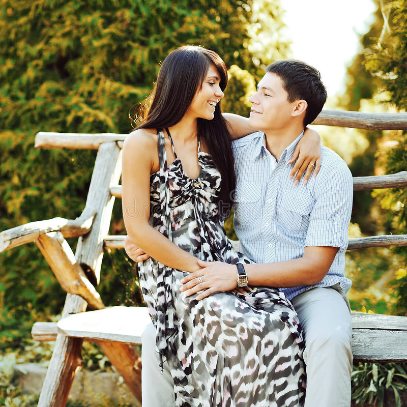 Portrait de jeunes couples dans l'amour extérieur images libres de droits