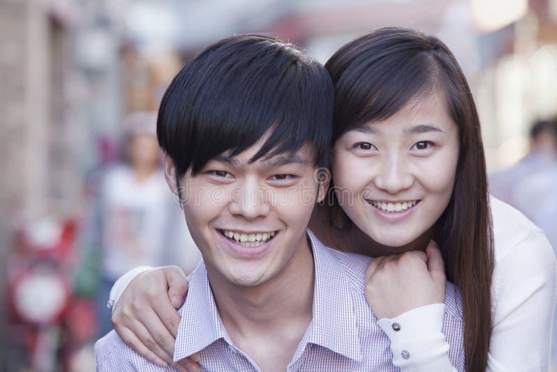 Portrait de jeunes couples hétérosexuels souriant dans Pékin photo libre de droits