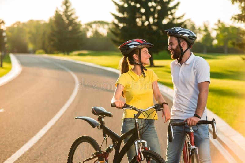 Portrait de jeunes couples heureux dehors photographie stock
