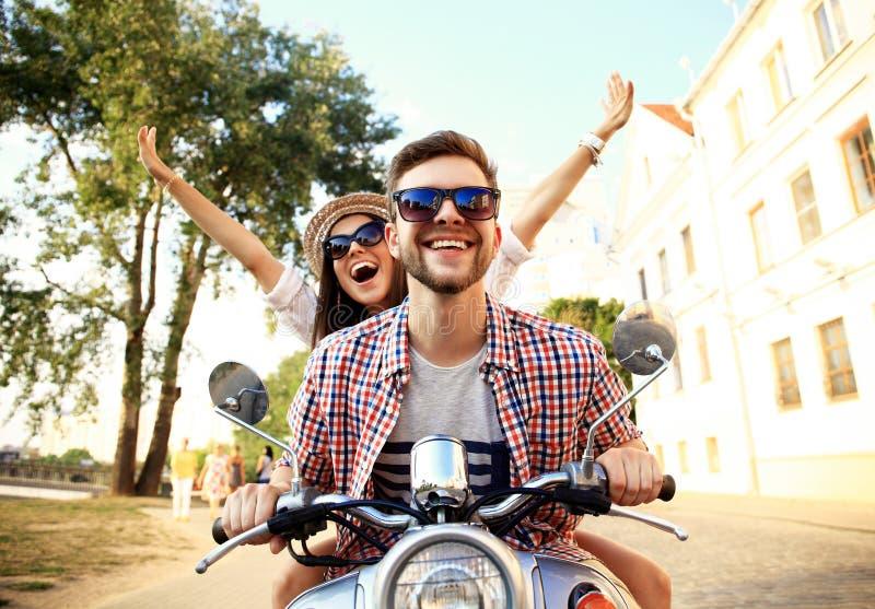 Portrait de jeunes couples heureux sur le scooter appréciant le voyage par la route image libre de droits