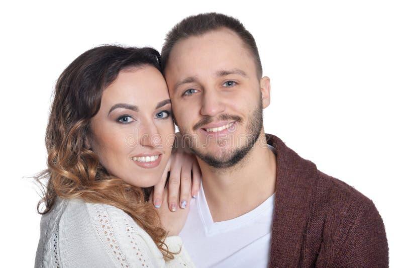 Portrait de jeunes couples heureux ?treignant sur le fond blanc photo libre de droits