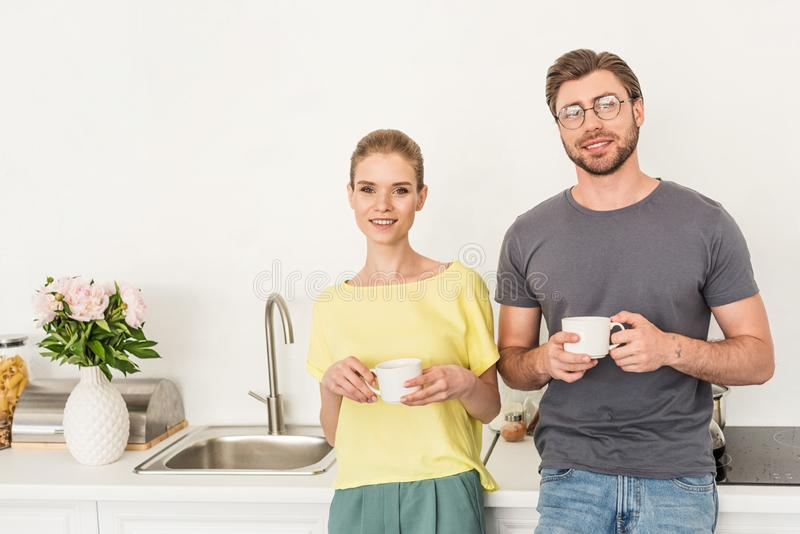 portrait de jeunes couples se tenant avec des tasses de café photographie stock