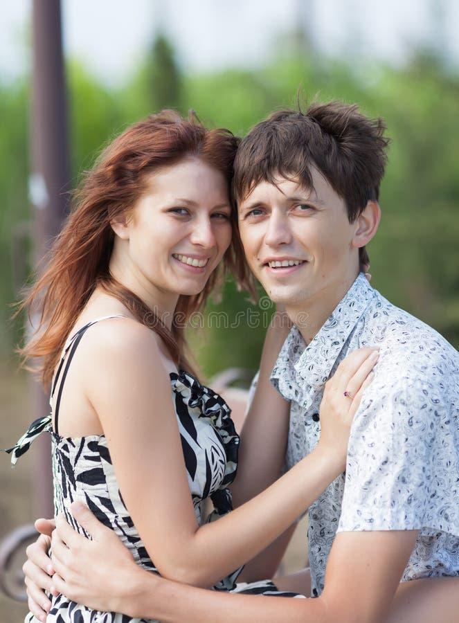 Portrait de jeunes couples sur le banc en parc images stock