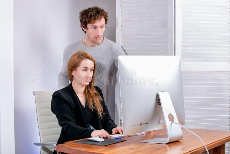 Portrait de jeunes femme et homme réussis au bureau Ils regardent l'affichage dans la surprise Black Friday ou Cyber lundi parcou photos libres de droits