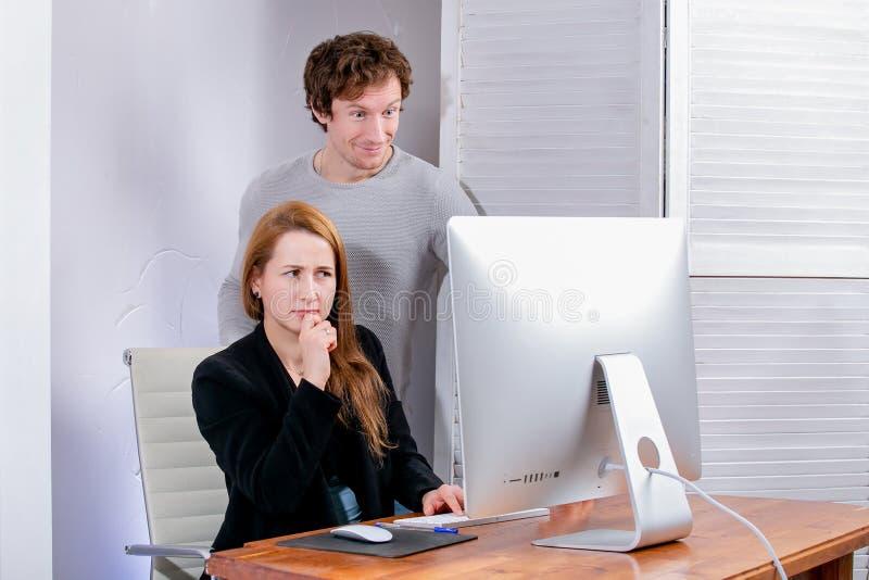 Portrait de jeunes femme et homme réussis au bureau Ils regardent l'affichage dans la surprise Black Friday ou Cyber lundi parcou image libre de droits