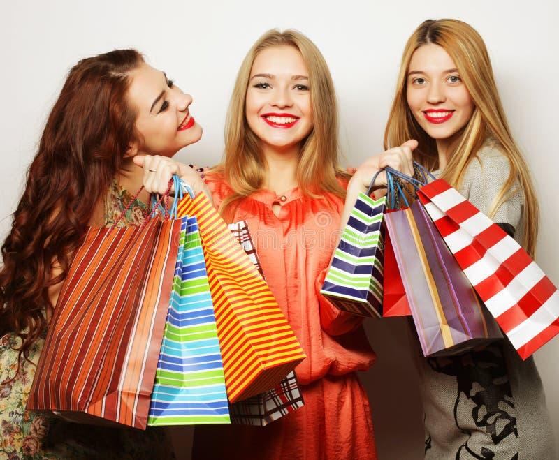 Portrait de jeunes femmes de sourire heureuses avec des paniers image stock