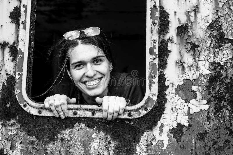 Portrait de jeunes femmes positives attirantes images stock
