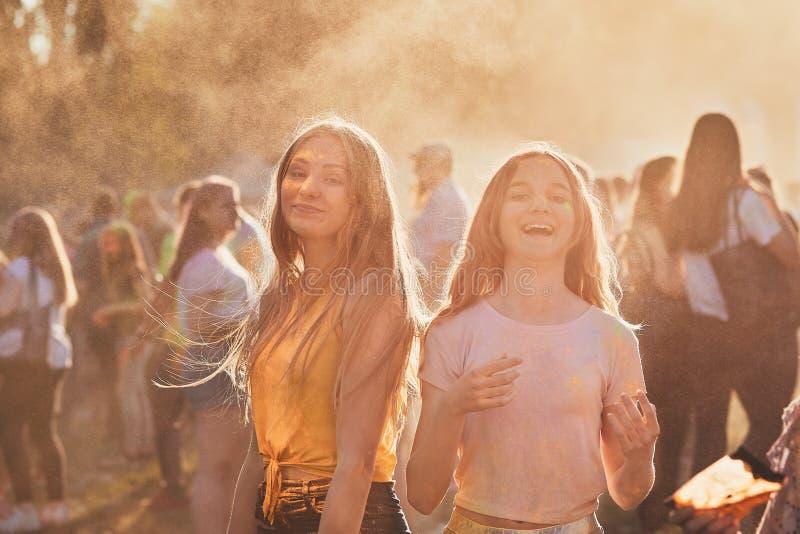 Portrait de jeunes filles heureuses sur le festival de couleur de holi photo stock