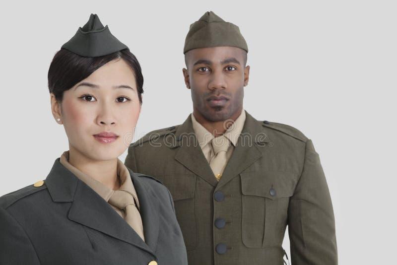 Portrait de jeunes officiers militaires des USA dans l'uniforme au-dessus du fond gris photos libres de droits