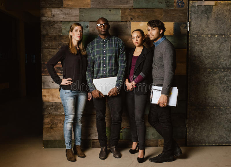 Portrait de jeunes professionnels se tenant ensemble photos stock
