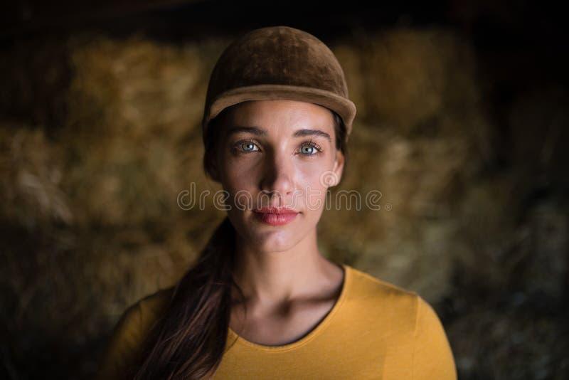 Portrait de jockey féminin sérieux dans l'écurie images libres de droits