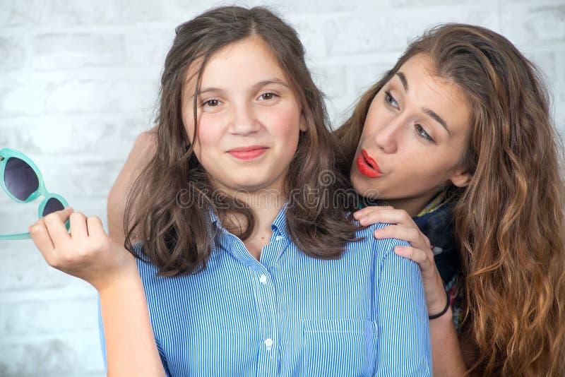 Portrait de joli bel adorable avec du charme avec la longue fille de cheveux et son ami plus âgé image stock