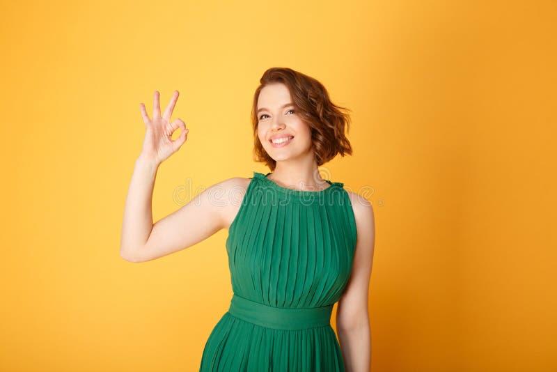 portrait de joli signe de sourire d'ok d'apparence de femme photos stock