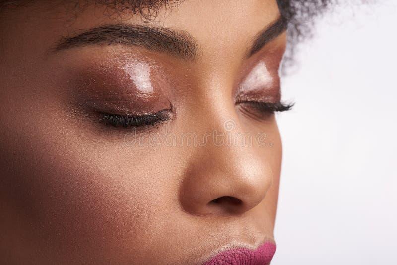 Portrait de jolie femelle ethnique avec des yeux de fermeture photos libres de droits