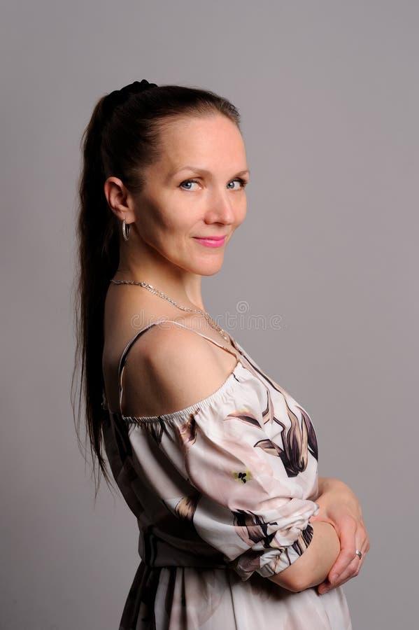 portrait de jolie femme dans la robe rose photo stock