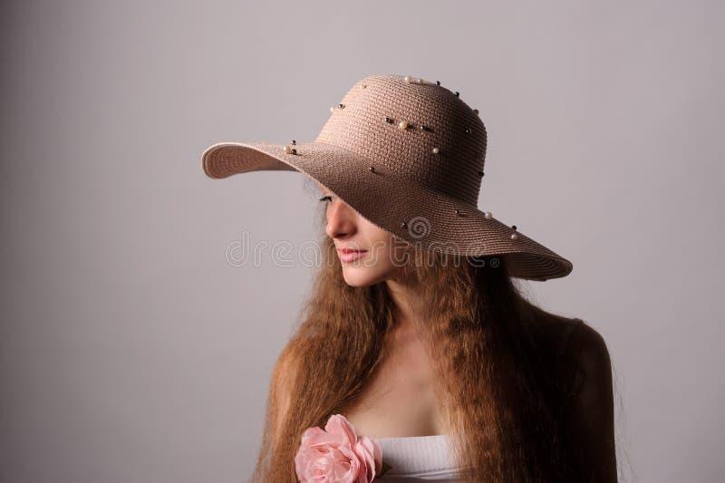 portrait de jolie femme dans le chapeau rose photos libres de droits