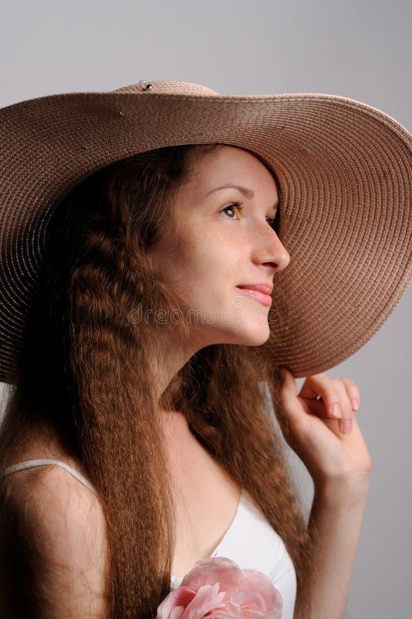 portrait de jolie femme dans le chapeau rose photo stock
