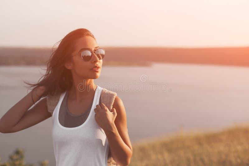 Portrait de jolie femme dans le jour chaud ensoleillé de temps images libres de droits