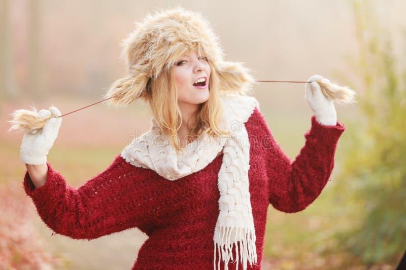 Portrait de jolie femme de sourire dans le chapeau d'hiver de fourrure photographie stock libre de droits