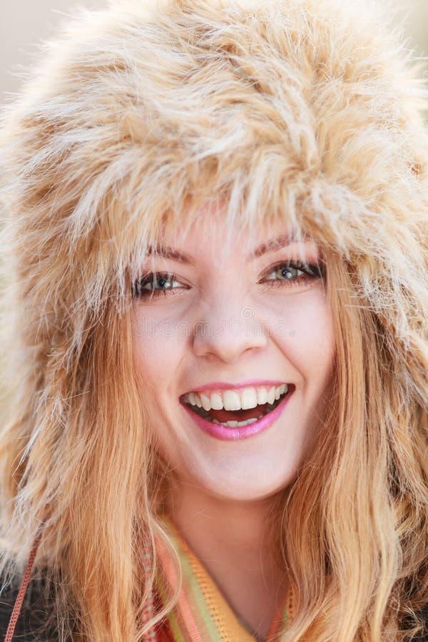Portrait de jolie femme de sourire dans le chapeau d'hiver de fourrure photos libres de droits