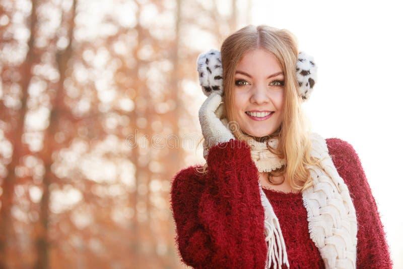 Portrait de jolie femme de sourire dans les bouche-oreilles photo stock