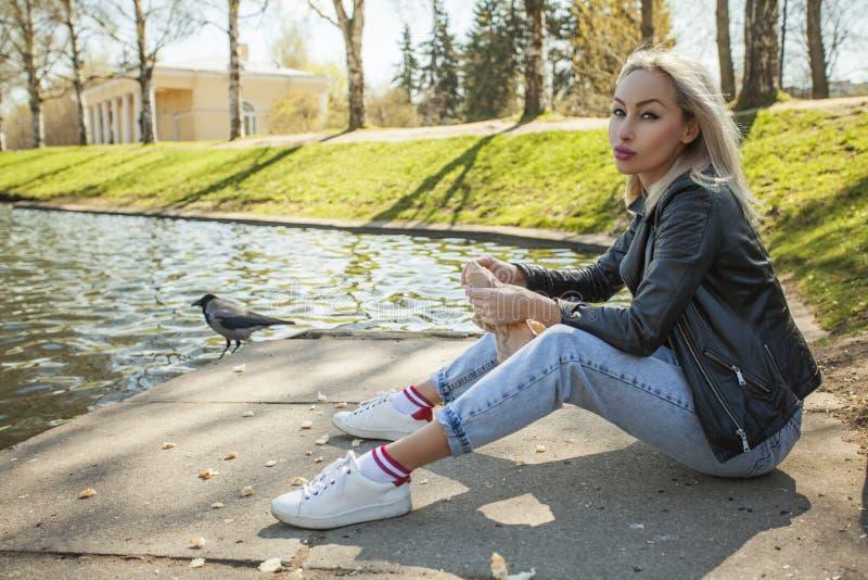 Portrait de jolie femme dehors Modèle blond photos libres de droits
