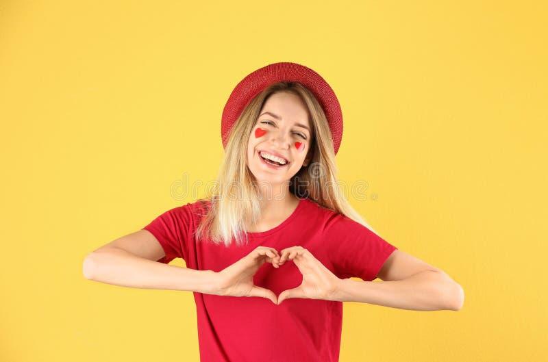 Portrait de jolie femme faisant le coeur avec ses mains images libres de droits
