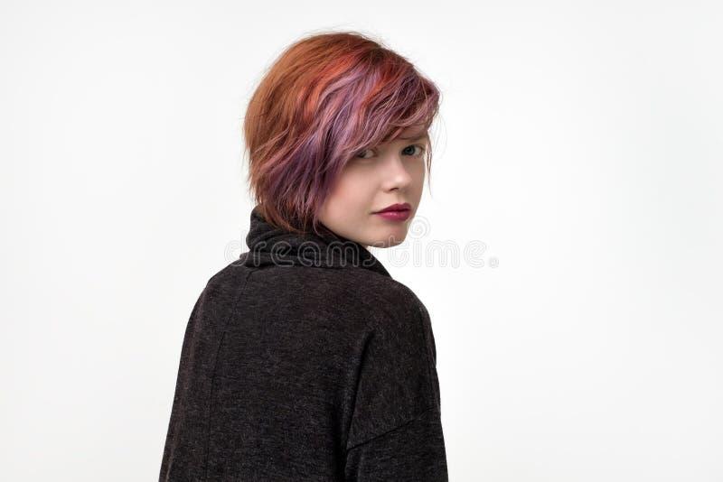 Portrait de jolie femme informelle peu commune avec la coiffure colorée Elle revient et sembler sûr image stock