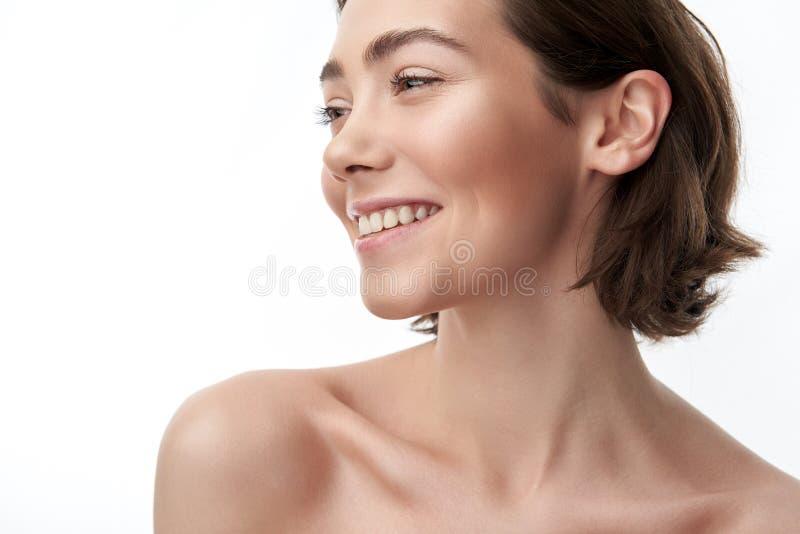 Portrait de jolie femme de sourire de brune sur le blanc images libres de droits