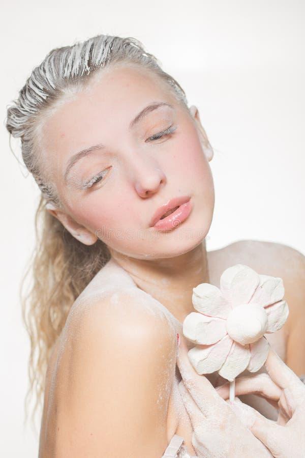 Portrait de jolie fille mangeant des guimauves Photo d'art Sucre en poudre photo stock