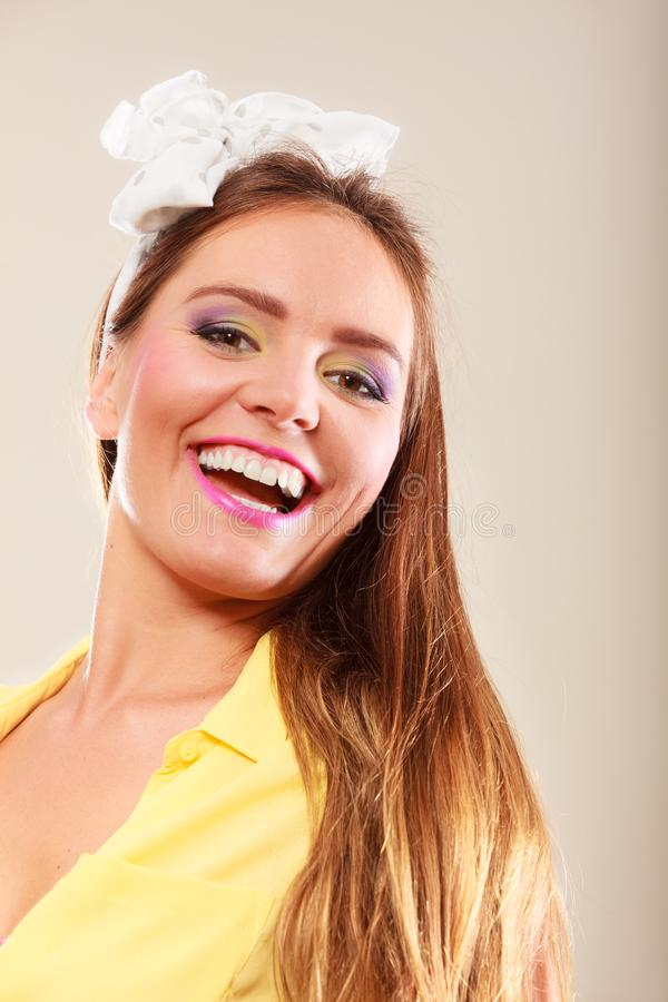 Portrait de jolie goupille heureuse vers le haut de fille avec l'arc image libre de droits