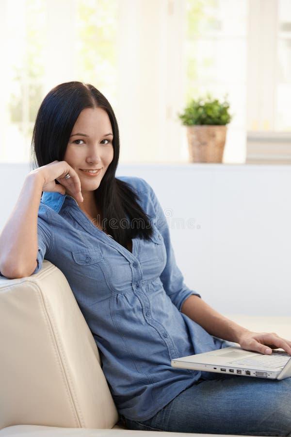 Portrait de jolie jeune femme avec l'ordinateur portable image stock