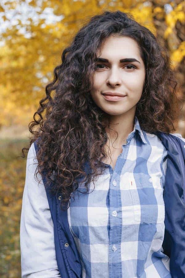 Portrait de jolie jeune femme avec de longs cheveux bouclés images stock
