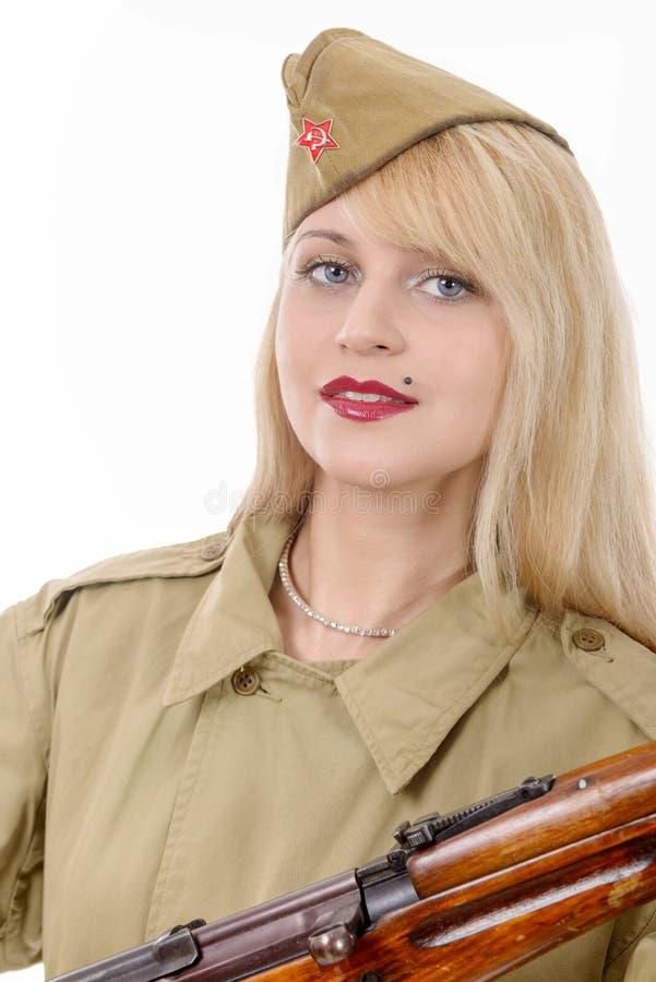 Portrait de jolie jeune femme dans l'uniforme militaire russe, sur W photographie stock