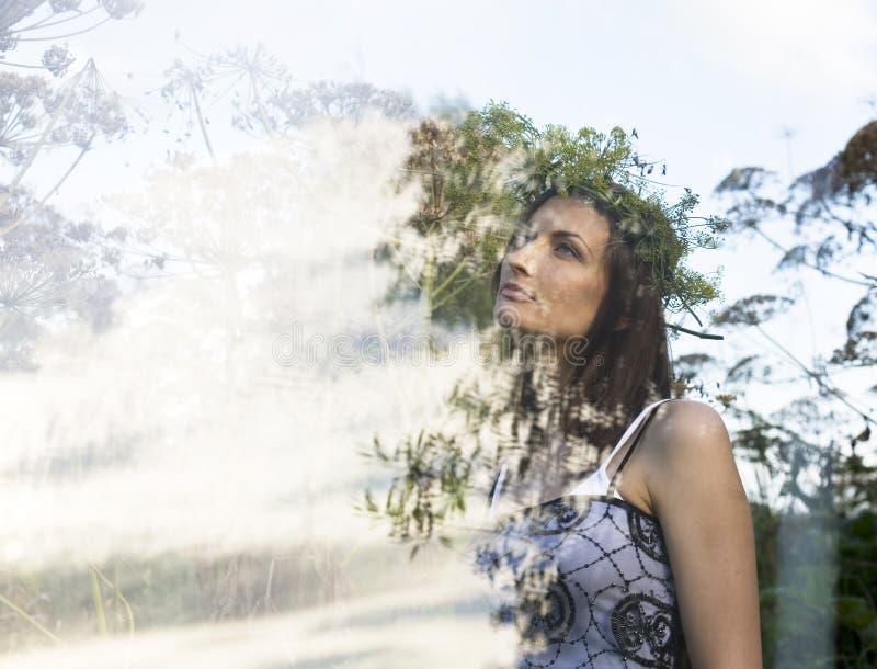 Portrait de jolie jeune femme dans le domaine avec la nature enjoing de haute herbe, concept de double exposition photographie stock libre de droits