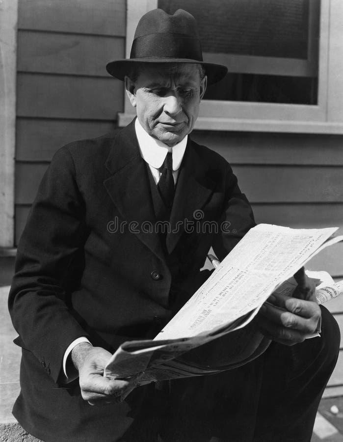 Portrait de journal de lecture de l'homme (toutes les personnes représentées ne sont pas plus long vivantes et aucun domaine n'ex photographie stock