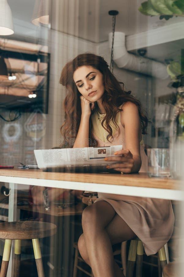 portrait de journal de lecture de jeune femme photographie stock
