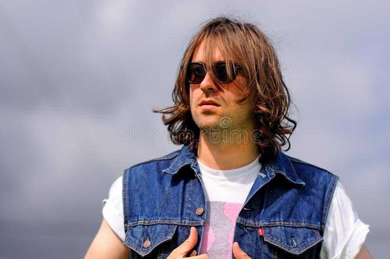 Portrait de Justin Young, chef du groupe de rock indépendant anglais les vaccins, au BOBARD image stock
