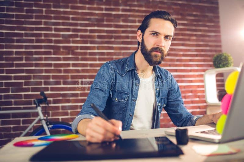 Portrait de l'écriture d'homme d'affaires sur le comprimé graphique tout en à l'aide de l'ordinateur portable photos libres de droits