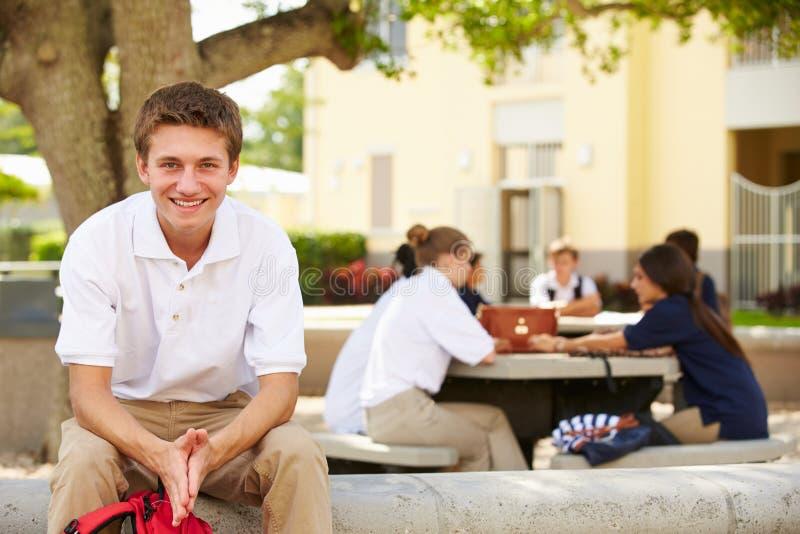 Portrait de l'étudiant masculin Wearing Unifo de lycée photographie stock libre de droits