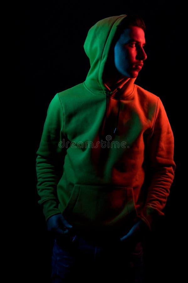 Portrait de l'ado frais qui observant en longueur avec le hoodie jaune i photographie stock