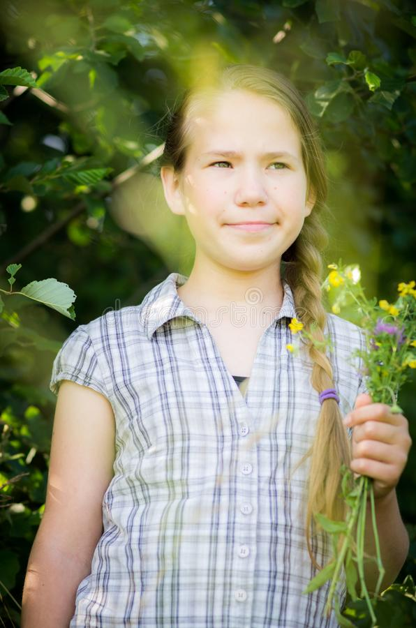 Portrait de l'adolescence en nature dehors photographie stock